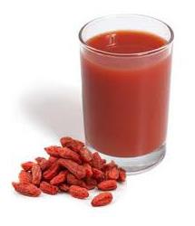 Boir du jus de goji bio pour être en forme